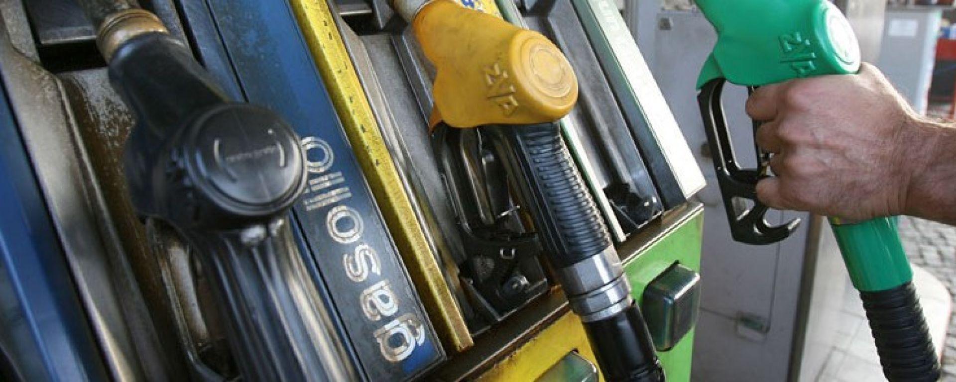 Caro benzina: il pieno a meno si fa in autostrada