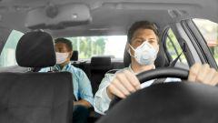 A bordo dell'auto, mascherina obbligatoria per i non conviventi