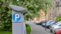 A Milano, da oggi, si paga il parcheggio con un SMS