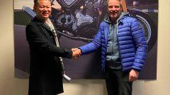 A sinistra Huacong Wu, direttore della Jinlang Scienze & Technology Co, a destra Stuart Garner, all'epocaCEO di Norton Motorcyc