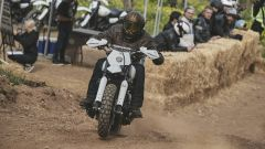 A tutto gas su per la salita con l'Harley-Davidson XG750 da Hill Climb