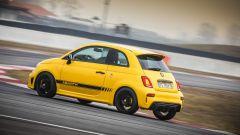 Abarth 595 Competizione: l'assetto contrasta bene il rollio in curva e la ruota posteriore interna non si alza