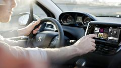 Distrazioni alla guida: navigatore causa principale, più dello smartphone