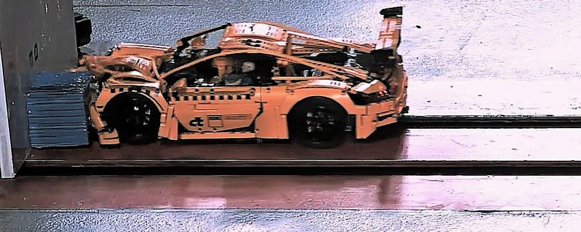 ADAC: il crash test della Porsche 911 GT3 RS di Lego. L'impatto