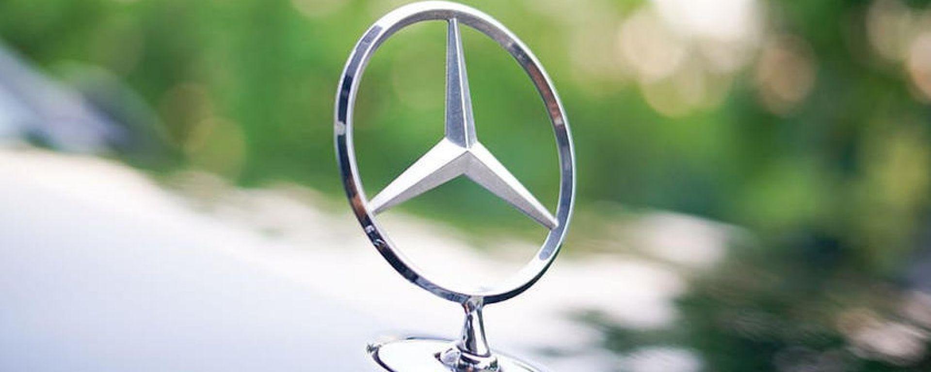 Addio al vecchio stemma Mercedes sul cofano anche per Classe E