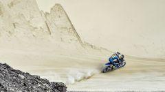 Adrien van Beveren tra dune e rocce