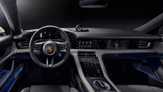 Aggiornamento software Porsche: l'abitacolo della berlina sportiva 100% elettrica