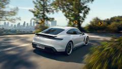 Aggiornamento software Porsche Taycan: con le sospensioni adattive potrà sollevarsi per evitare gli ostacoli