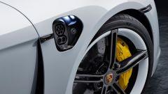 Aggiornamento software Porsche Taycan: la presa di ricarica sul parafango anteriore destro