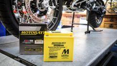 AGM Motobatt ha 4 morsetti invece di due, per montarla come vuoi