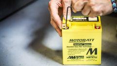 AGM Motobatt: i contatti si avvitano con la brugola in dotazione
