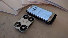 AirSelfie si ricarica nella sua cover, che si attacca al dorso di alcuni modelli di smartphone