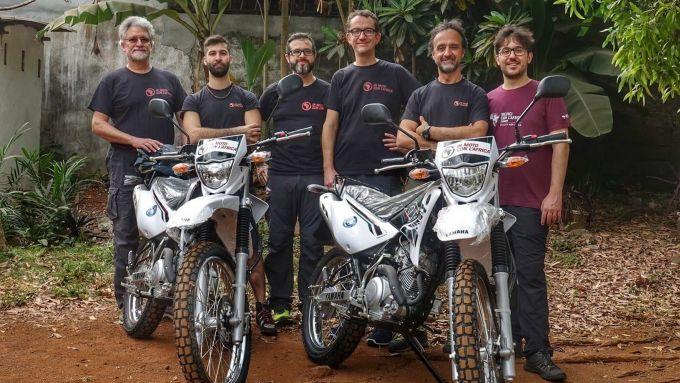 Al centro, Marco Visonà e Nicola Andreetto di In Moto per l'Africa
