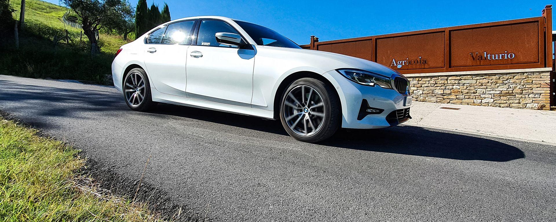 Al volante della BMW 330e Sport 2020