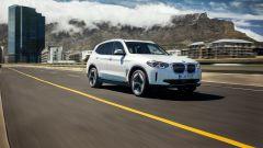 Al volante della BMW iX3, la BMW X3 elettrica