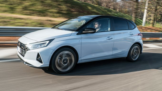 Al volante della Hyundai i20 1.0 T-GDI 48V Hybrid Bose
