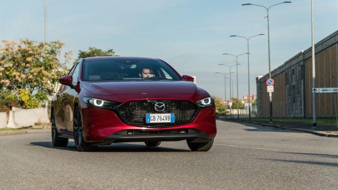 Al volante della Mazda3 M Hybrid