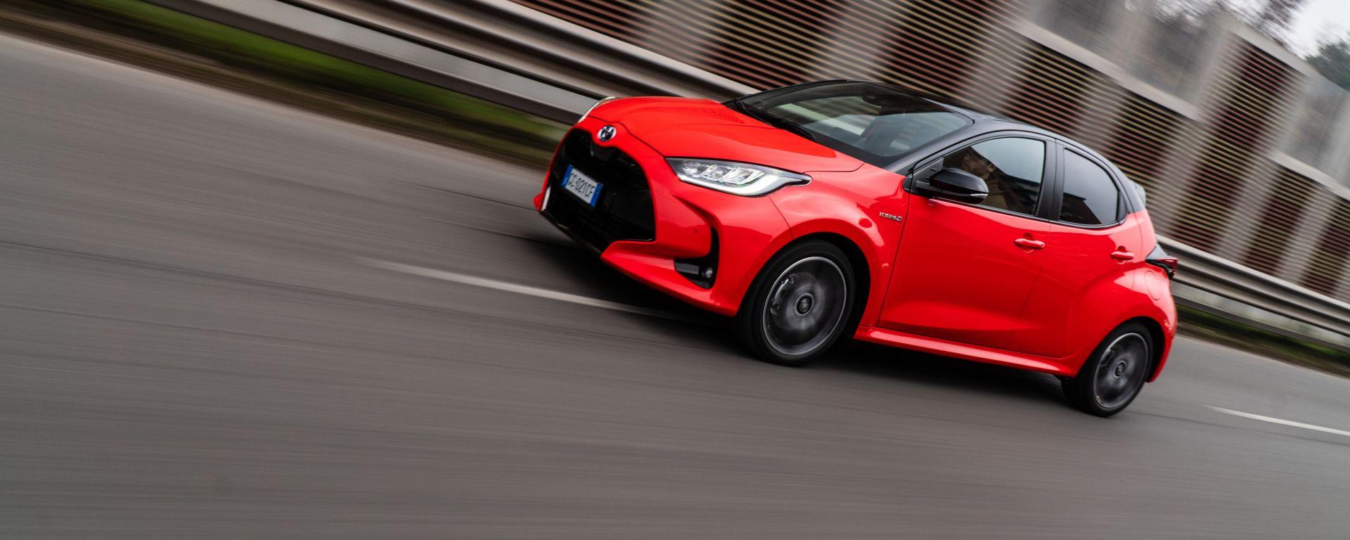 Al volante della Toyota Yaris Hybrid