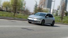 Al volante della Volkswagen Golf 1.0 eTSI DSG Life