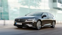 Al volante dell'Opel Insignia Sports Tourer 2021