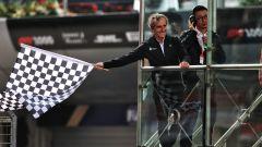 Alain Prost sventola la bandiera a scacchi nel Gp di Cina 2019, la gara numero 1000 della storia F1