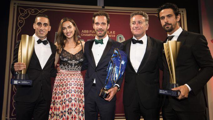 Alejandro Agag con Buemi, Vergne e Di Grassi alla cerimonia di premiazione Formula E 2019