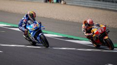 Alex Rins su Suzuki batte Marquez su Honda a Silverstone