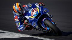 Alex Rins vola verso la vittoria a Silverstone con la sua Suzuki