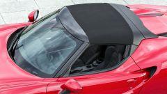 Alfa Romeo 4C Spider con il tettino montato