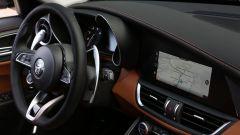 Alfa Romeo Giulia 2020, volante in pelle e schermo touch da 8,8