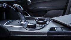 Alfa Romeo Giulia B-Tech, leva cambio e comandi dell'infotainment