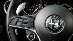 Alfa Romeo Giulia: dettaglio del volante con il paddle del cambio automatico