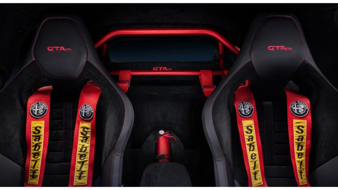 Alfa Romeo Giulia GTAm, sedili con cinture a 6 punti