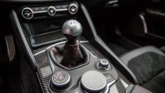 Alfa Romeo Giulia Quadrifoglio: inserti in fibra di carbonio sulla plancia e sul tunnel centrale