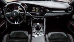 Alfa Romeo Giulia Quadrifoglio: l'abitacolo è accogliente e con il giusto tocco di sportività