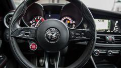 Alfa Romeo Giulia Quadrifoglio: per accenderla basta premere sul pulsante rosso tra le razze del volante