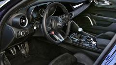 Alfa Romeo Giulia Quadrifoglio: sedili sportivi in Alcantara e pulsante d'accensione colorato di rosso