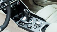 Alfa Romeo Giulia Ti 2020: la leva del cambio AT8