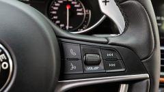Alfa Romeo Giulia Veloce: i comandi al volante per telefono e funzioni vocali