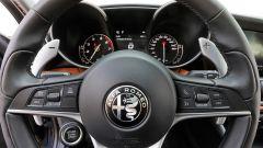 Alfa Romeo Giulia Veloce: il volante con le leve in metallo del cambio AT8