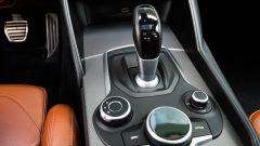 Alfa Romeo Giulia Veloce: la leva del cambio AT8 e i comandi per driving mode e infotainment