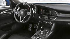 Alfa Romeo Giulia Veloce: pelle e inserti in alluminio caratterizzano l'abitacolo
