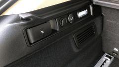 Alfa Romeo Stelvio 200 CV benzina Ti: il comando per sbloccare gli schienali posteriori, la presa 12V e l'illuminazione del baga