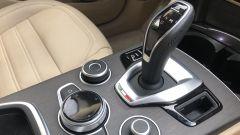 Alfa Romeo Stelvio 200 CV benzina Ti: il tunnel centrale con i comandi per la gestione dell'auto