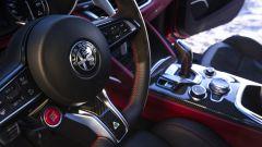 Alfa Romeo Stelvio Quadrifoglio 2020, dettaglio della leva cambio