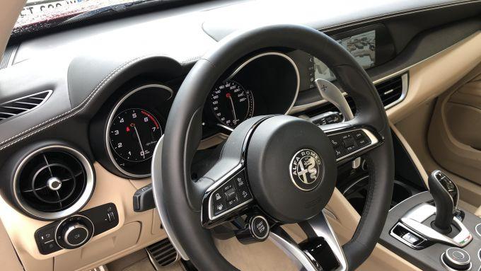 Alfa Romeo Stelvio Ti: plancia e interni dell'auto
