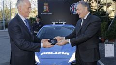 Alfredo Altavilla consegna a Franco Gabrielli le chiavi dell'Alfa Romeo Giulia