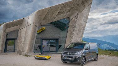 Alle spalle di Opel Vivaro-e il museo dello scalatore