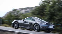 Alleggerita e potenziata, la Porsche 718 Cayman T avrà cerchi da 20 pollici di serie
