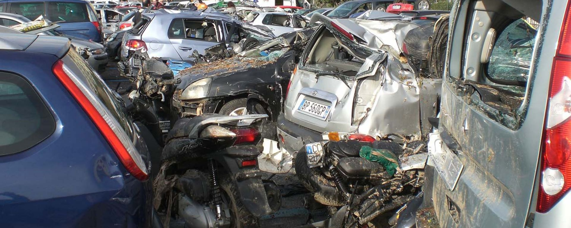 Alluvione a Genova: sul web le auto danneggiate
